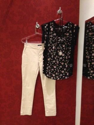 Trendy Store_Blusa floral com rendas e calça bege