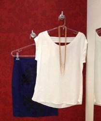 Trendy Store_Blusa off-white e saia lápis azul com aplicação de couro