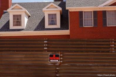 no trespassing sign at house.