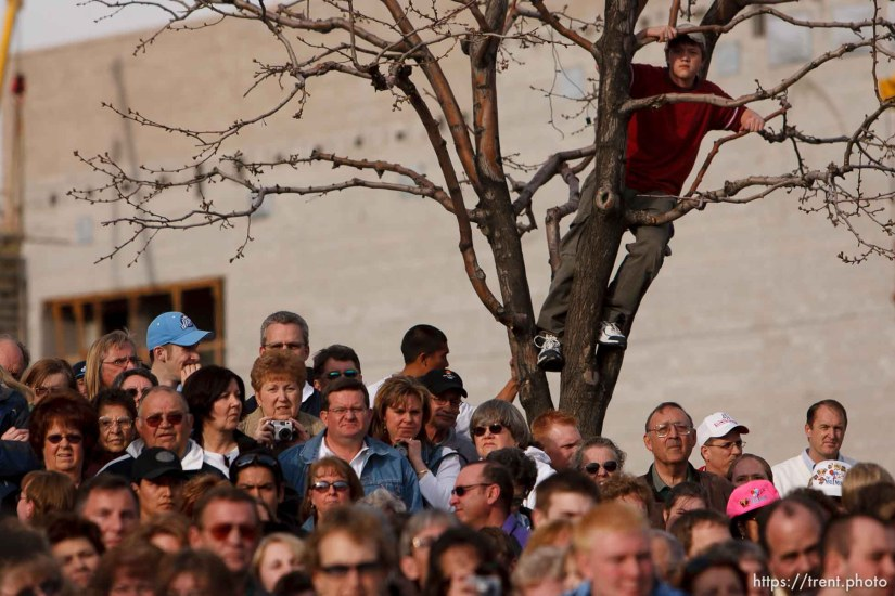 fans. Karl Malone statue ceremony at the Delta Center. 3.23.2006