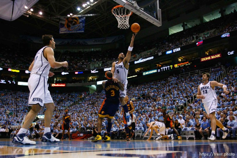Salt Lake City - Utah Jazz vs. Golden State Warriors, NBA Playoffs basketball, second round, Game Two, at EnergySolutions Arena. Utah Jazz forward Carlos Boozer (5) shoots around Golden State Warriors forward Al Harrington (3)