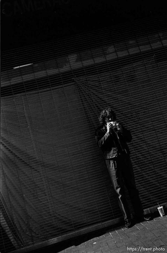 Man eating sandwich. Leica hip shots on the street.