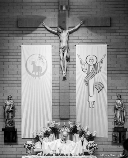 (Trent Nelson | The Salt Lake Tribune) Rev. Francisco Pires leads Easter Mass at Saints Peter & Paul Catholic Church in West Valley City on Sunday April 21, 2019.
