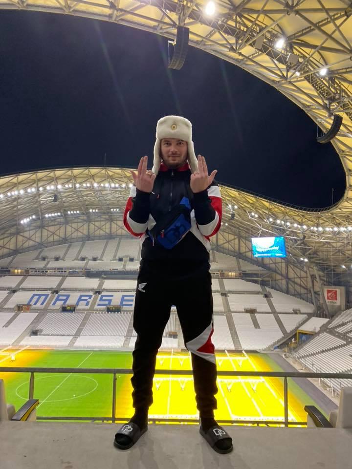 Jul au stade vélodrome de Marseille avec sa chapka le sang fait le signeee