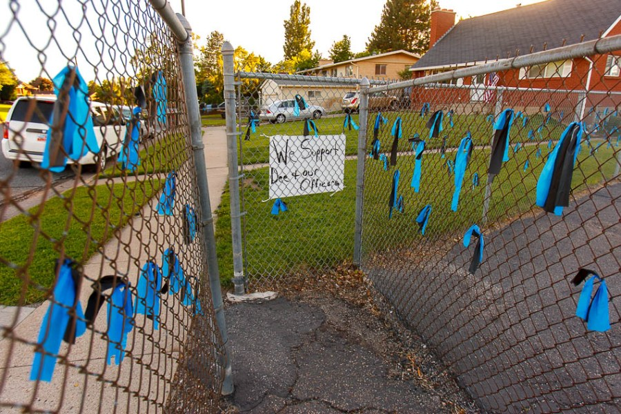 blue ribbons, sign supporting dee smith and ogden police