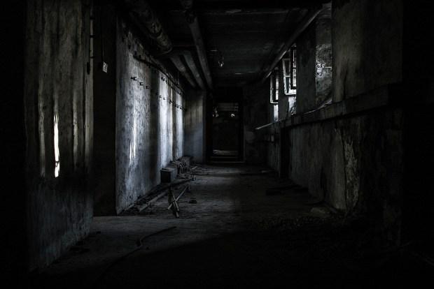 Corridoio creepy buio