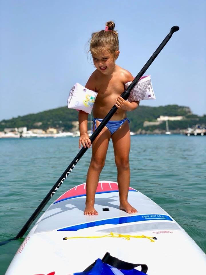 Il paddleboard praticato dai bambini è un vero toccasana. Sup sul mare di Gaeta. Trevaligie