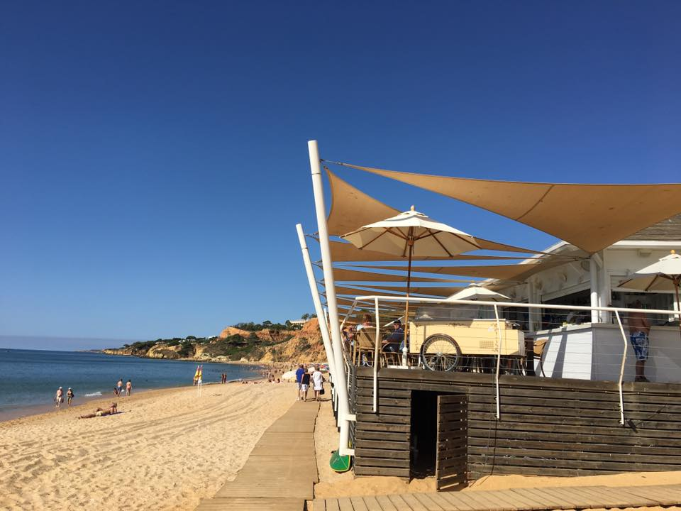 La grande Praia dos Pescatores è uno degli arenili più belli dell'Algarve, frequentata sia da local che da famiglie in vacanza.