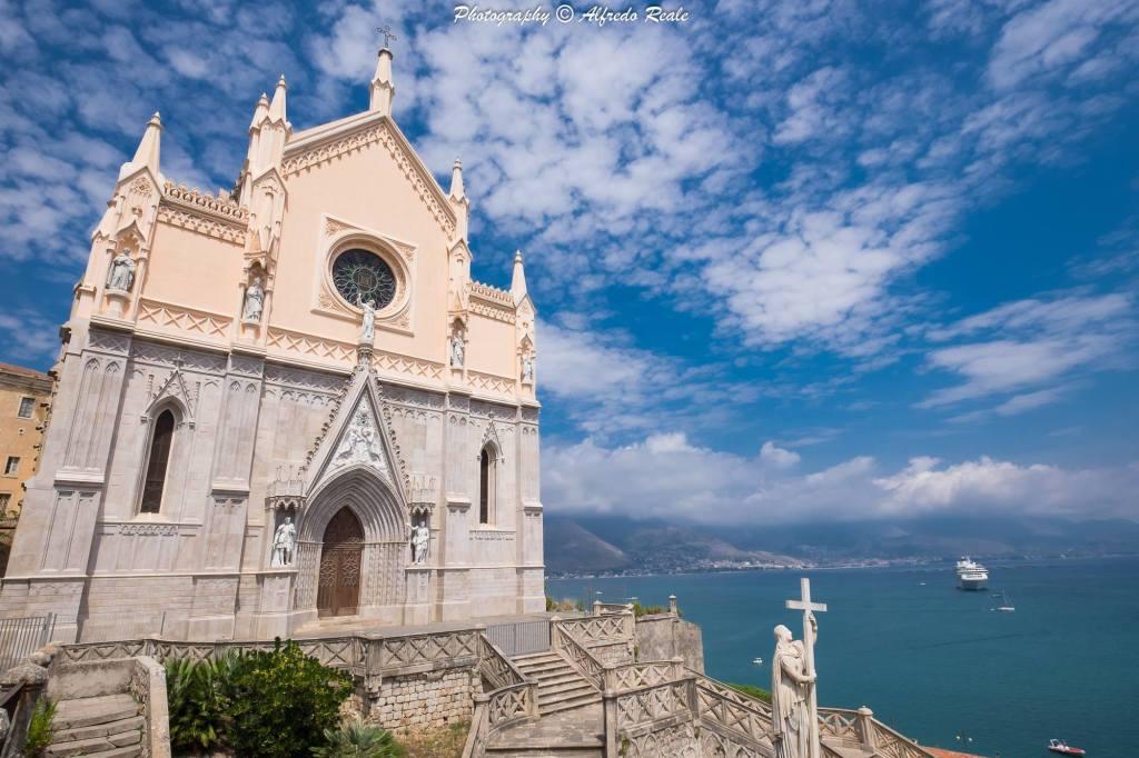L'imponente facciata della Cattedrale di San Francesco domina l'intero Golfo di Gaeta dalla sua privilegiata posizione.