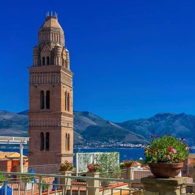 Dai vari belvedere di Gaeta Medievale è possibile ammirare il Campanile del Duomo di Gaeta in tutta la sua bellezza.