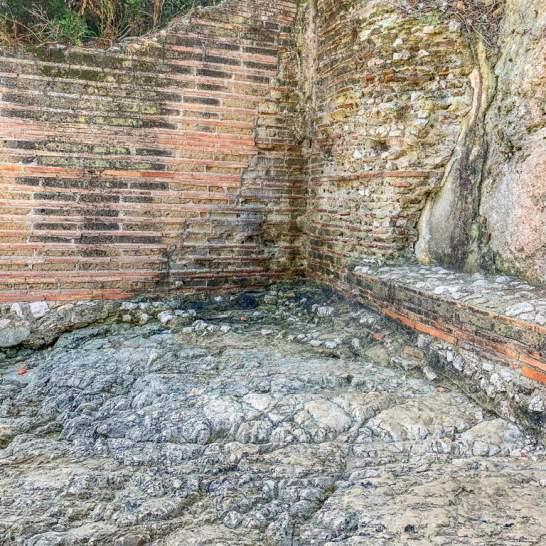 In questa sezione di mura, sopra una panca che doveva appartenere all'impianto termale della villa, sono ancora visibili preziosi resti di dipinti. Decorazioni che andavano ad abbellire le sale delle terme.