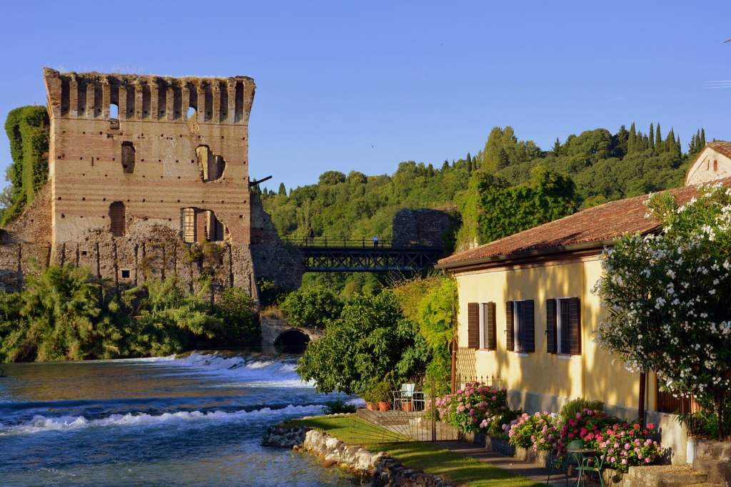 Borghetto è una frazione di Valeggio sul Mincio, famosa per i suoi mulini ad acqua.