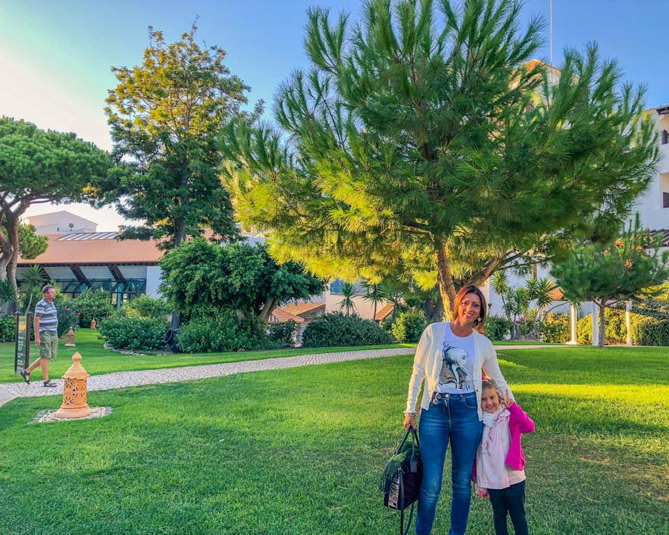 Piscina incastonate in prati immensi, angoli verdi e deliziose viuzze in cui passeggiare fanno del Pine Cliff resort una vera e propria oasi di pace e relax.