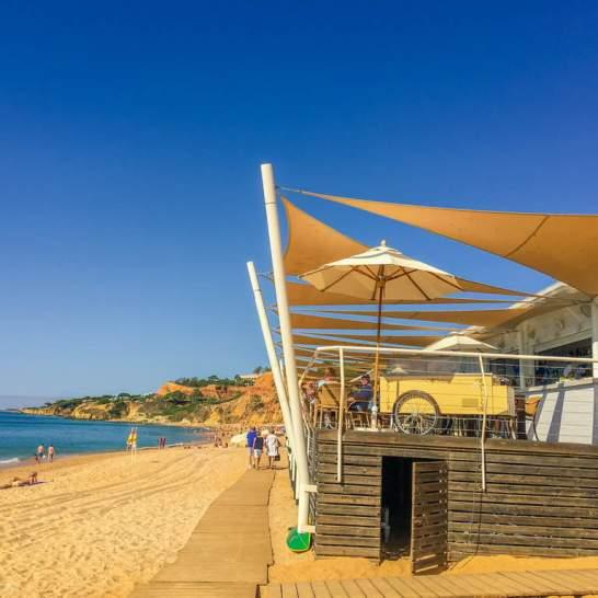 Al Ristorante Marè, su praya da Falesia, è possibile pranzare con vista sull'Oceano deliziosi piatti tipici portoghesi.