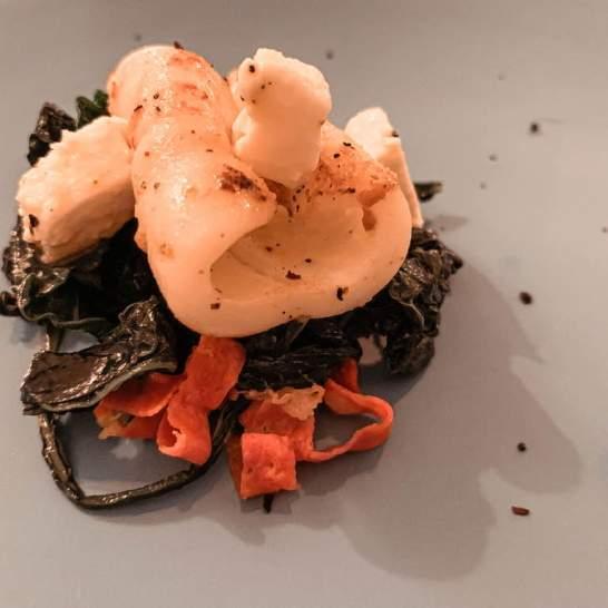 Calamaretto su cavolo nero , con feta e chorizo.. un accostamento insolito ma assolutamente equilibrato nei sapori.