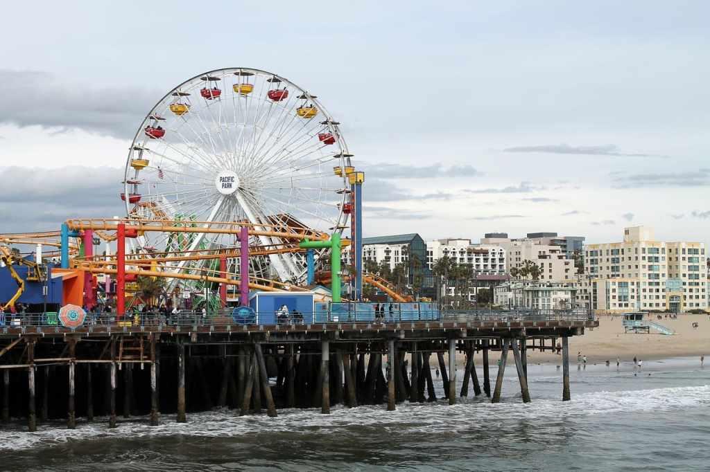 La ruota panoramica di Santa Monica è diventata l'icona di tutta la California. E' alimentata a pannelli solari, e da il meglio di se quando viene illuminata la sera.