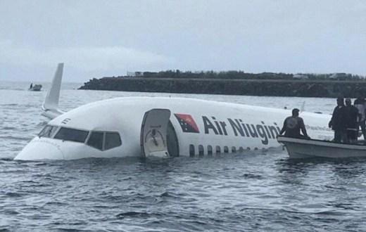 Кошмар! Boeing 737-800 не уцели писта на летище и рухна в океана (СНИМКИВИДЕО)