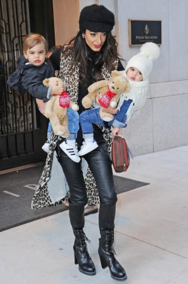 Успешна адвокатка, съпруга и майка: Амал Клуни най-накрая показа близнаците си (СНИМКИ)