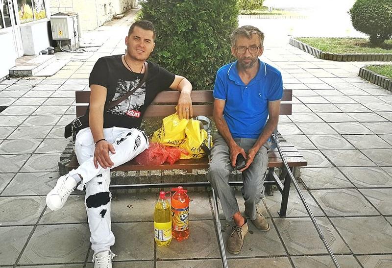 Лео Кадели помага на непознати хора