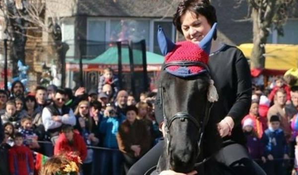 Корнелия с кон за 5 бона: Шефката на БСП язди жребеца Дракис  СНИМКИ