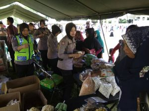 polwan aceh barat di bazar pasar murah