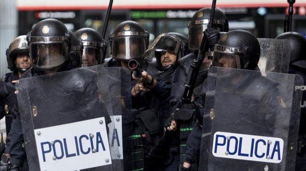 El uniforme de los cuerpos de policía sirve para deshumanizar al que lo lleva, y al que está frente al mismo.