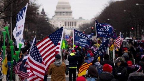 Durante el asalto al Capitolio, numerosa gente llevaba banderas americanas.