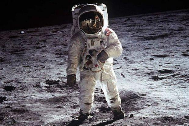 Neil Armstrong posa en la Luna, uno de los mayores hitos del progreso tecnológico.