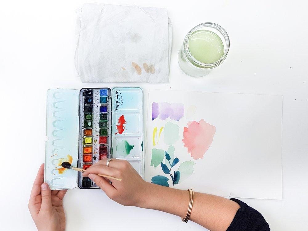 mélange de couleurs à l'aquarelle - utiliser une palette