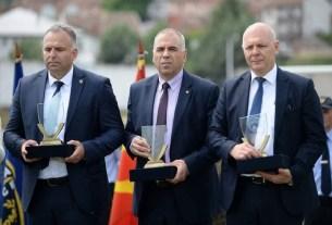 Фото: Ацо Ангеловски во средина)