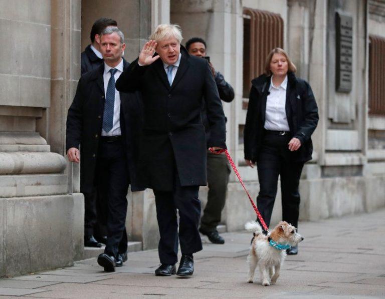 Борис Џонсон излезе на гласање со своето куче
