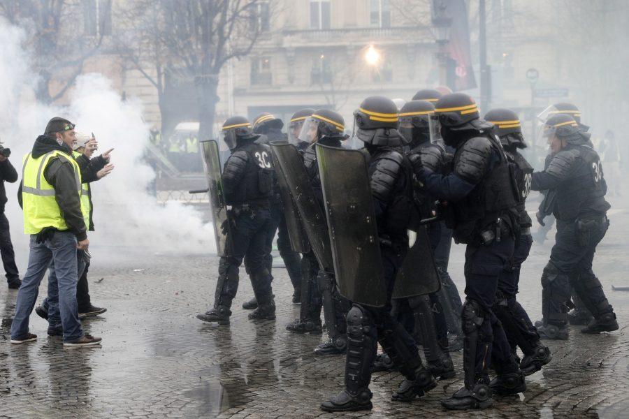Franța: Confruntări violente între manifestanți și forțele de ordine