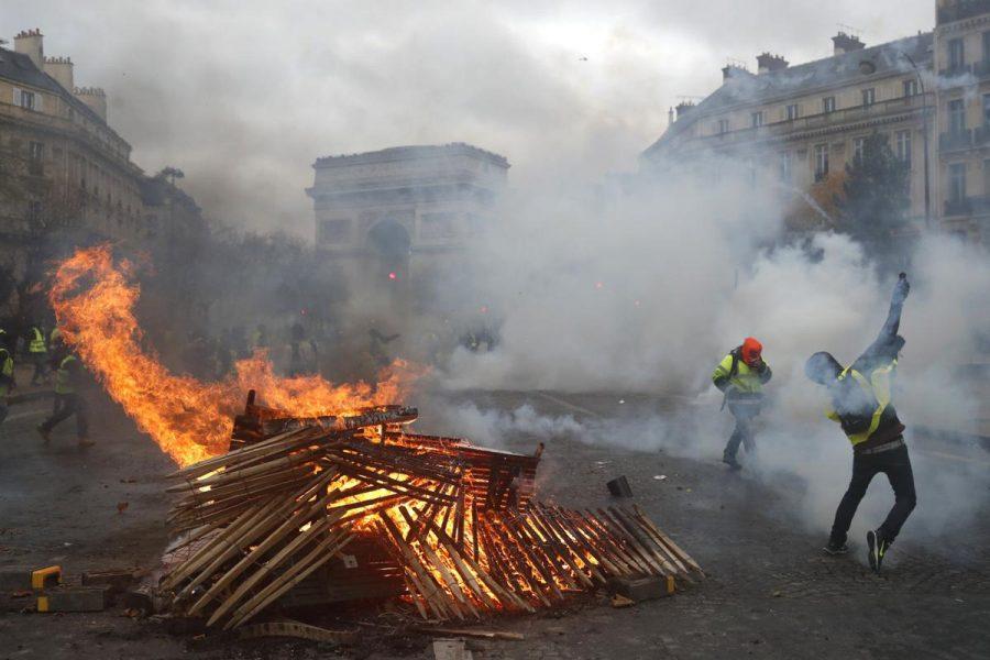 """Parisul s-a transformat în zonă de luptă după escaladarea protestelor """"vestelor galbene"""""""
