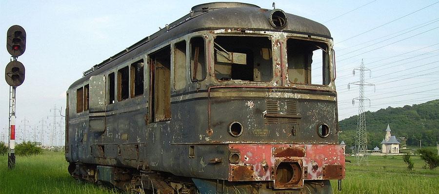 Bunicii lipsiți de mângâierea nepoților – Un tren ruginit într-o gară de provincie