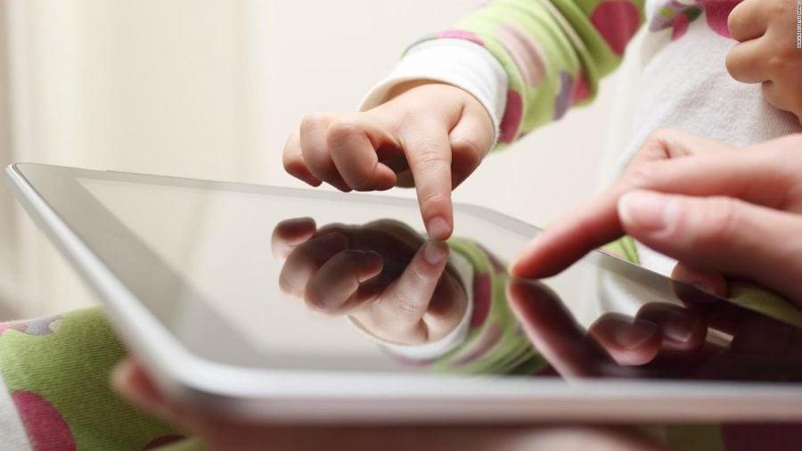 Noile analize arată că timpul petrecut în fața ecranului încetinește creierul copiilor