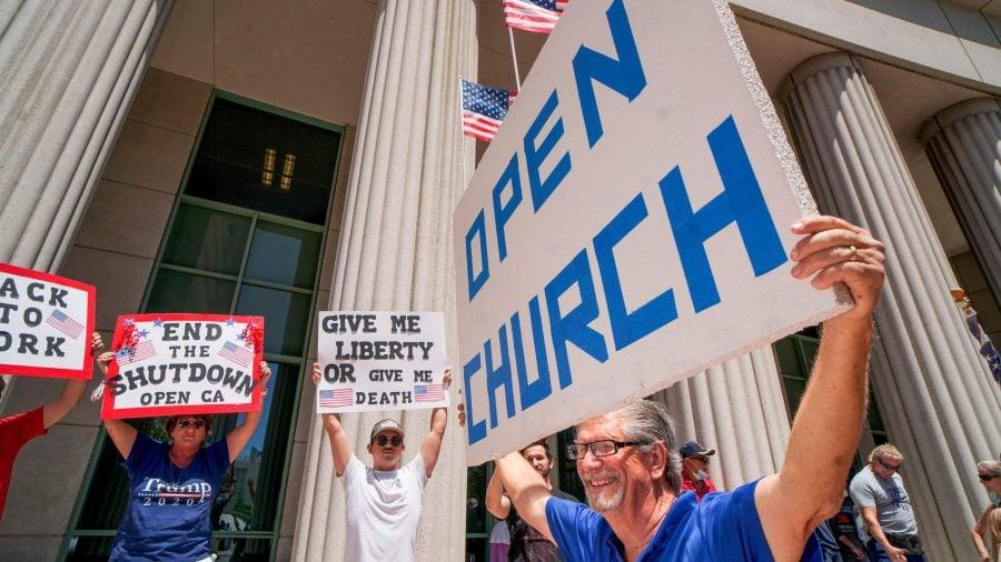 """California redeschide bisericile la 3 zile după ce Trump a amenințat că """"trece"""" peste guvernatori"""