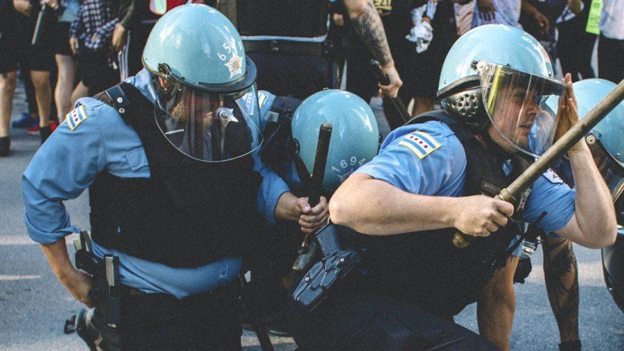 Chicago: Anarhiștii atacă poliția în timp ce încearcă să distrugă statuia lui Cristofor Columb