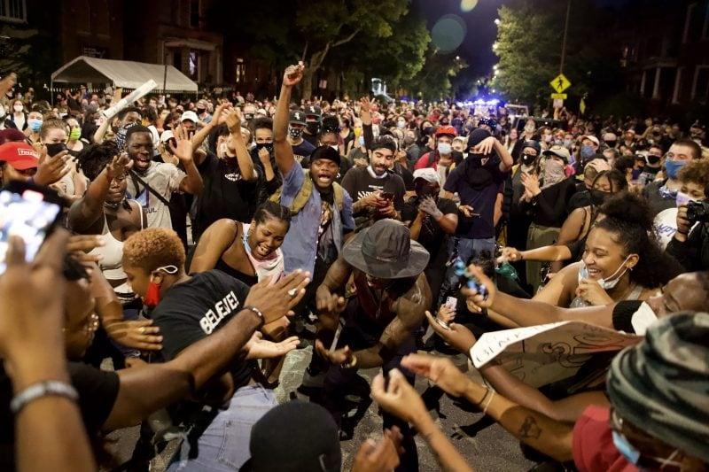 Chicago: Mulțime frenetică sărbătorește îndepărtarea statuii lui Columb (video)