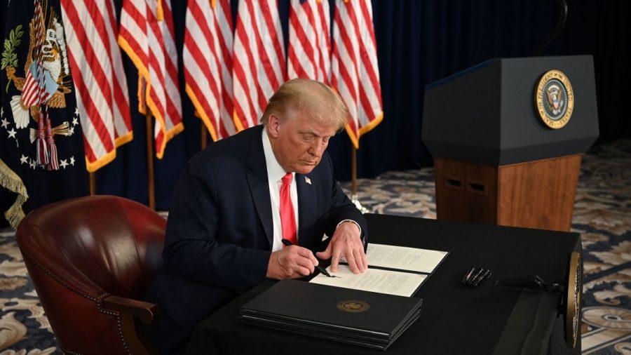 Trump mărește șomajul săptămânal cu 400$ după ce Democrații au refuzat să adopte măsura