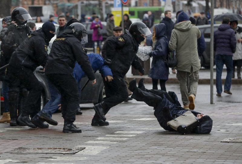 Poliţia din Belarus autorizează folosirea armelor letale împotriva protestatarilor