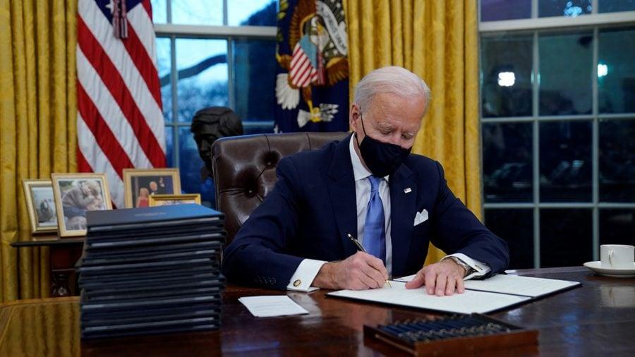 """Criticii l-au numit """"autoritar"""" pe Trump, dar tac la avalanșa de ordine executive ale lui Biden"""
