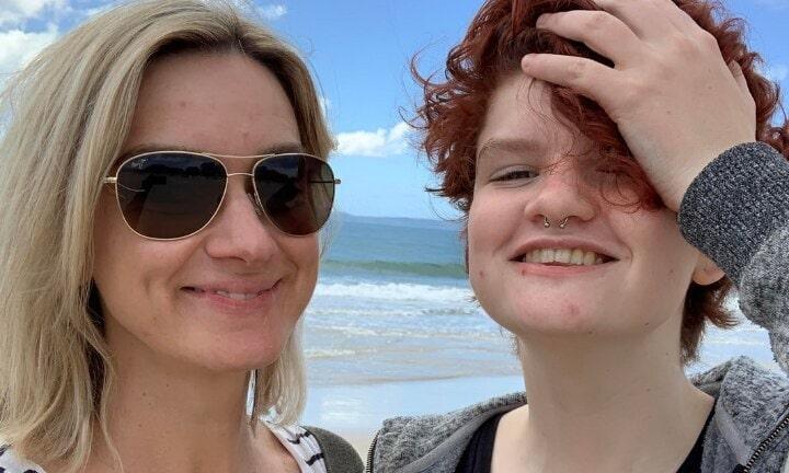 """Mamă, despre fiica biologică tratată cu blocanți de pubertate: """"Fiul meu transgender trece prin menopauză"""""""