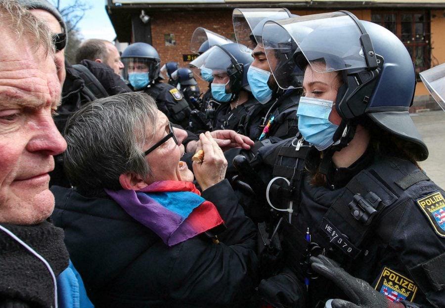 Germania: Ciocniri între forțele de ordine și protestatarii anti-lockdown, opoziție tot mai puternică față de restricțiile COVID în Europa