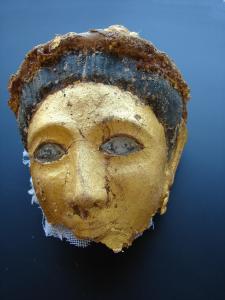Màscara funerària d'època greco-romana de la necròpoli alta d'Oxirrinc (Foto: Maite Mascort. Missíó d'Oxirrinc)