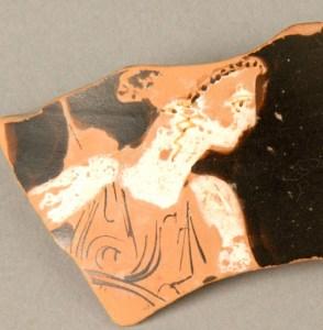Fragment de ceràmica grega de figures roges trobada al poblat ibèric del Pla de les Tenalles de la Mora, exposada al MCUT.