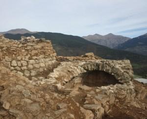 Torre medieval i cisterna, Campelles (Ripollès). Fotografia: Elisenda Collelldemont i Albert Pratdesaba