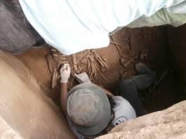 5. Excavació de les restes esquelètiques. Fotografia: J. M. Espejo Blanco