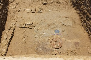 Detall del forn metal·lúrgic i de les estructures identificades a l'interior del fossat al sondeig 1-2 realitzat al sector sud-oest del Puig de Sant Andreu.
