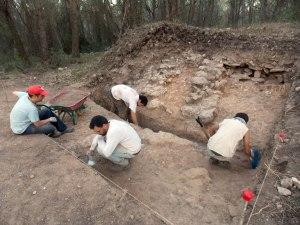 Detall dels treballs al sondeig 2 al fons s'observen els potents murs d'alguna fortificació complexa del segle VII aC.