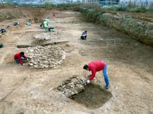 1-Vista del poblat del neolític antic evolucionat amb les cabanes circulars amb solera de pedra i els forns amb troncs carbonitzats i graella de còdols (autor: Jordi Roig-Arrago, 2016)